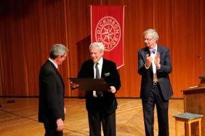 Presidente William Durden y profesor Jorge R Sagastume galardonan a Mario Vargas Llosa con el certificado Stellfox