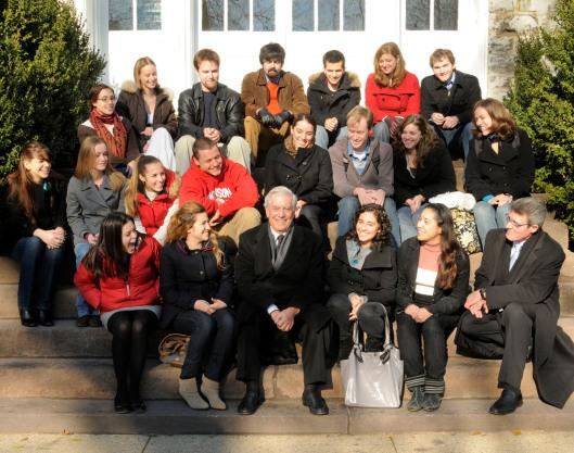 Recreación de la foto de 1959 de Roberto Frost; Mario Vargas Llosa con estudiantes de Dickinson College y profesor Jorge R Sagastume